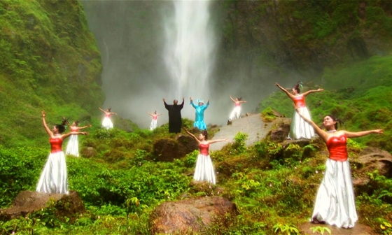 act-of-killing-the-2012-002-waterfall-dancers